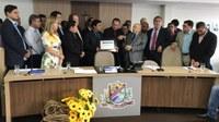 Em sessão solene Câmara entrega Título de Cidadão Gurupiense a ex-governador Siqueira Campos
